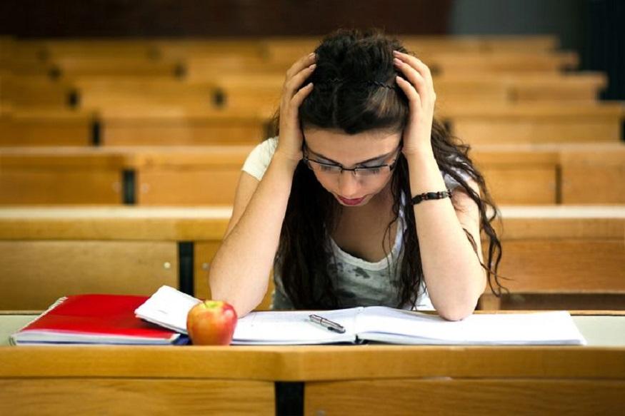 बोर्ड परिणाम जारी होने का सिलसिला शुरू हो गया है. बिहार बोर्ड ने नतीजों की घोषणा कर दी है और अब उत्तर प्रदेश बोर्ड की बारी है. उत्तर प्रदेश बोर्ड के नतीजे इसलिए महत्वपूर्ण हैं, क्योकि यह देश का सबसे बड़ा बोर्ड है और हर साल इस बोर्ड से औसतन 60 लाख छात्र दसवीं और 12वीं की परीक्षा देते हैं. बोर्ड परीक्षा के नतीजों की तारीख जैसे-जैसे करीब आती है, छात्रों में तनाव बढ़ जाता है. घर का माहौल कुछ ऐसा हो जाता है, मानो किसी युद्ध के परिणाम घोषित होने वाले हैं.