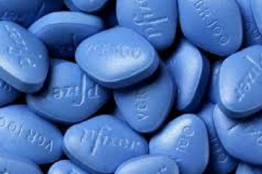 20 साल पहले वियाग्रा के रूप में अमेरिकी मर्दों को उम्मीद की एक किरण नज़र आई. जब 40 साल से ऊपर के पुरुष अपनी सेक्स लाइफ से हार मान रहे थे, तब 1998 में फायज़र फार्मा कंपनी ने एक ऐसा तहलका मचाया कि दुनिया पहले जैसी नहीं रही. इस नीले रंग की छोटी सी गोली ने लाखों उम्रदराज़ पुरुषों के कान में जाकर मानो कहा कि सेक्स के लिए अभी भी उनकी जिंदगी में जगह है.