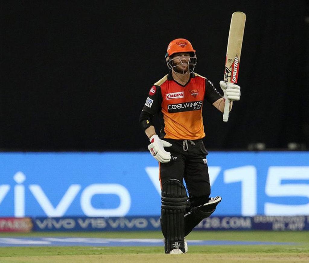 आईपीएल 2019 में सनराइजर्स हैदराबाद के सलामी बल्लेबाज डेविड वॉर्नर ने रनों की बारिश कर रखी है. इस सीजन में वे सबसे ज्यादा रन बनाकर ऑरेंज कैप की दौड़ में सबसे आगे हैं. उन्होंने इस सीजन में 9 मैचों में 73.85 की औसत से 517 रन बनाए हैं. उन्होंने ये रन 148.56 की स्ट्राइक रेट से बनाए हैं. (Photo: IPL)