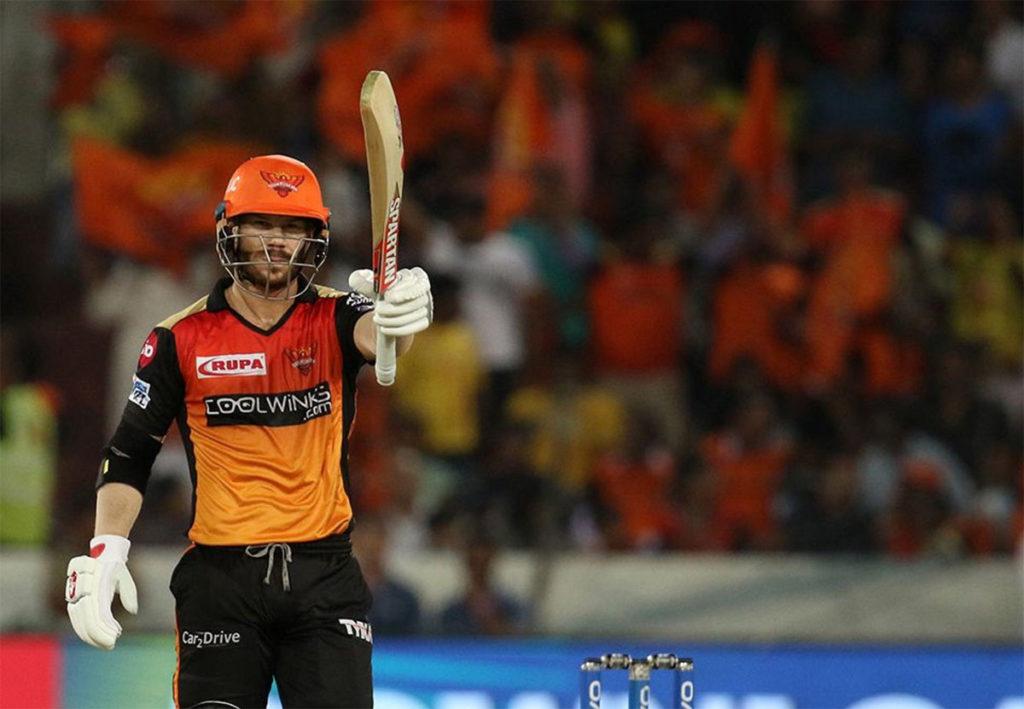 वॉर्नर ने लगातार पांचवें सीजन में 500 से ज्यादा रन बनाए हैं. ऐसा करने वाले वे इकलौते बल्लेबाज हैं. हालांकि कोहली ने भी 5 सीजन में 500 से ज्यादा रन बनाए हैं लेकिन वे लगातार यह कारनामा नहीं कर पाए हैं. (Photo: IPL)