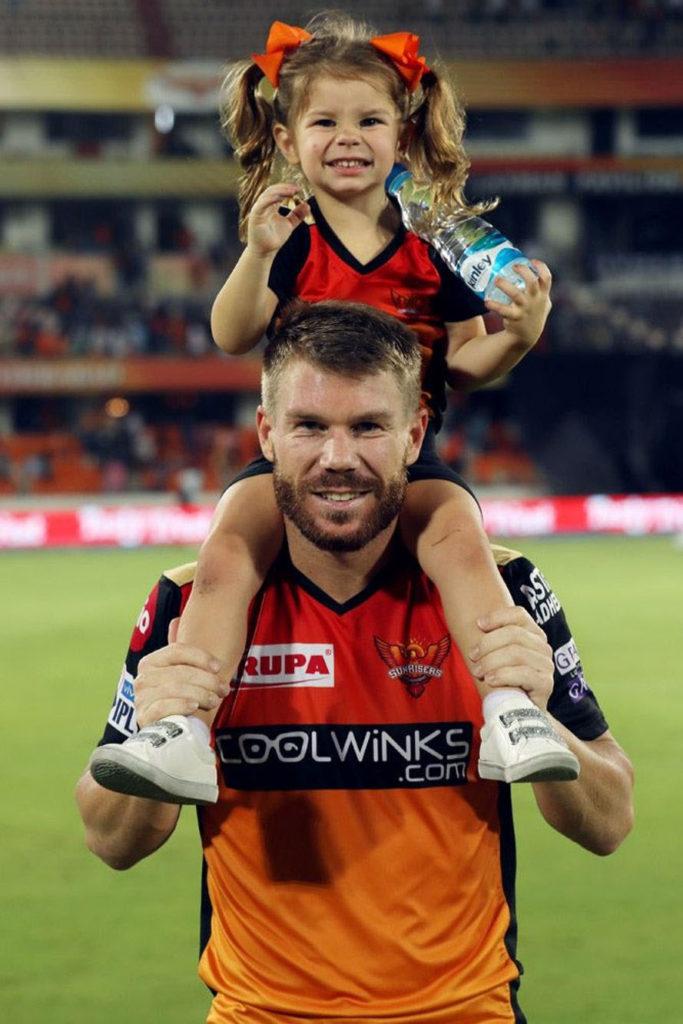 वॉर्नर पिछले सीजन में गेंद से छेड़छाड़ करने के चलते बैन हो गए थे. उस दौरान उन्होंने अपनी बीवी-बच्चों के साथ वक्त बिताया. अब आईपीएल 2019 में भी उनकी पत्नी और बेटियां साथ आई हुई हैं. कई मौकों पर उनकी बेटी वॉर्नर का उत्साह बढ़ाती नजर आ चुकी हैं. (Photo: IPL)