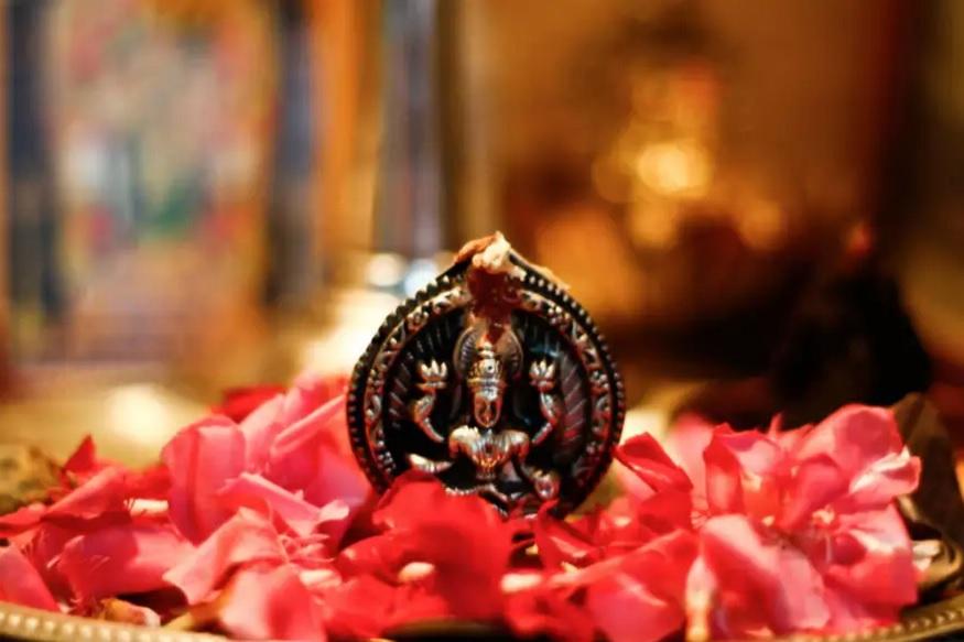 आज लक्ष्मी पूजन का सर्वश्रेष्ठ मुहूर्त सूर्योदय से शुरू होकर दोपहर 12:17 बजे तक रहेगा.