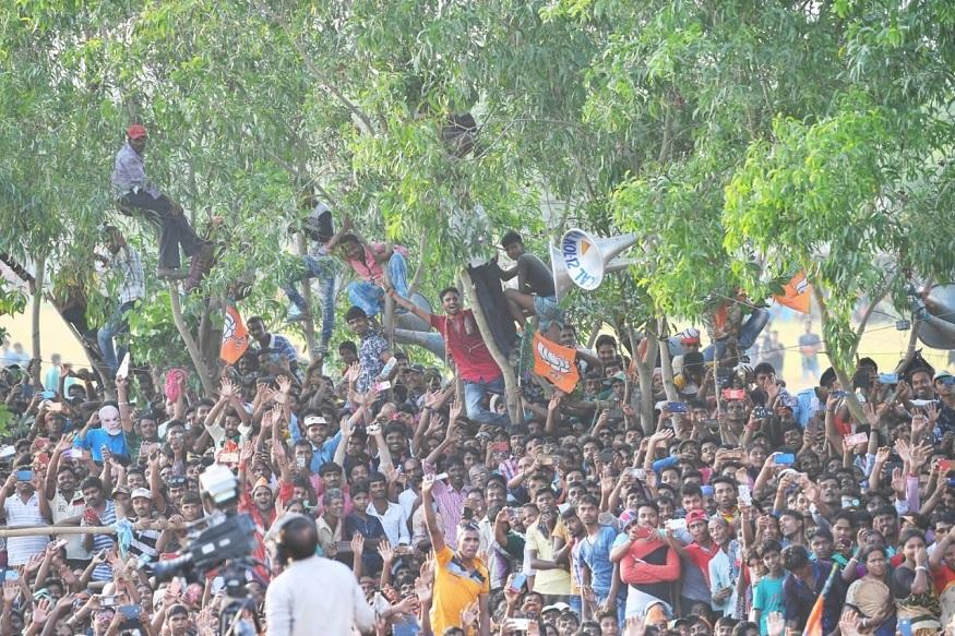 इस दौरान जब कुछ समर्थक पेड़ पर चढ़ गए तो पीएम मोदी ने उन्हें नीचे उतरने के लिए कहा.