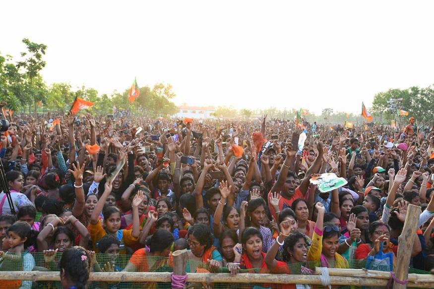 बीजेपी के समर्थन के लिए जुटी भारी भीड़ से उत्साहित होकर पीएम मोदी ने कहा कि टीएमसी के गुंडों ने जो नर्क यहां बना रखा है, जिस प्रकार की हिंसा यहां फैला रखी है, उससे गणतंत्र बदनाम हुआ है.
