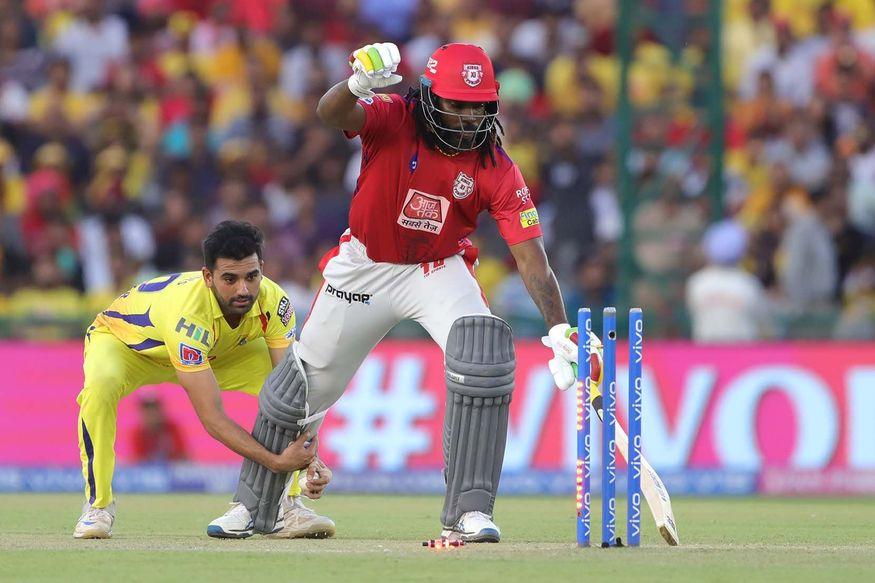 - अपना आखिरी ओवर करने आए दीपक चहर की गेंद पर केएल राहुल ने सीधा शॉट मारा जो नॉन स्ट्राइकर एंड पर खड़े गेल और गेंदबाज के पास से ही निकला. वैसे गेंद ज्यादा दूर नहीं गई और न ही कोई रन लिया गया. लेकिन दीपक चहर ने मजाक में गेल को क्रीज में जाने से रोकने के लिए उनके पैर पकड़ लिए. (PC - IPL)