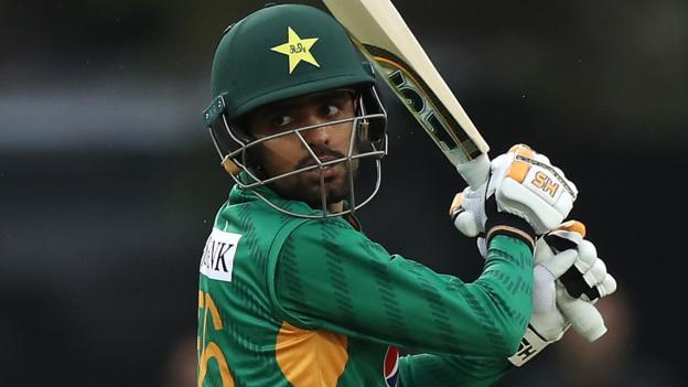 पाकिस्तान की ओर से बाबर आजम ने शतक लगाया, उन्होंने 112 रनों की पारी खेली, लेकिन दूसरे बल्लेबाज कुछ नहीं कर पाए. शोएब मलिक ने 44 रन बनाए लेकिन दूसरे बल्लेबाज अपने विकेट फेंकते दिखाई दिये.