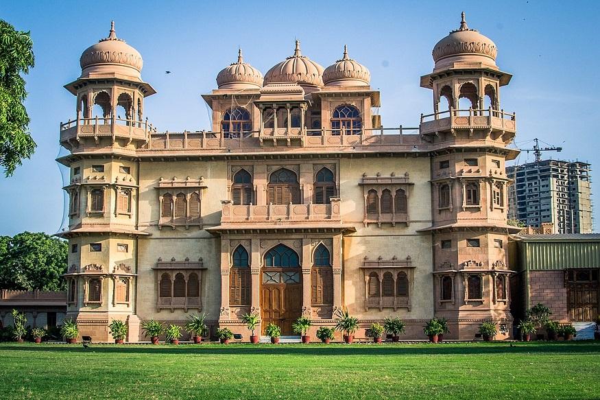 ये कराची का प्रसिद्ध मोहाटा पैलेस है, जिसे एक जमाने में हिंदू राजा शिवरतन चंद्ररतन ने 1927 में गर्मियों के अपने घर के तौर पर बनाया था. आज भी जब कोई कराची जाता है तो राजस्थानी शैली की इस खास इमारत को देखना नहीं भूलता.