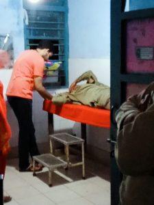 पिटाई के पीछे दो बातें सामने आ रही हैं. एक तो यह कि दीपू ने मजाक-मजाक में कोई सामान उठा लिया और इसी बात को लेकर उसकी पिटाई कर दी गई. दूसरी यह कि दीपू की इन लोगों के साथ पुरानी रंजिश थी. हालांकि, अभी पुलिस मामले की जांच कर रही है.