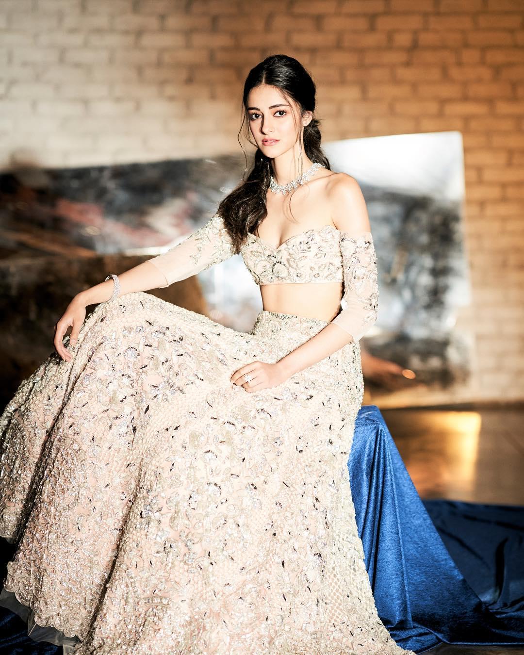 अभिनेत्री सोशल मीडिया पर सबसे ज्यादा चर्चित सेलिब्रिटी में से एक हैं और बॉलीवुड में डेब्यू से पहले ही सुर्खियों में छाई रहीं.