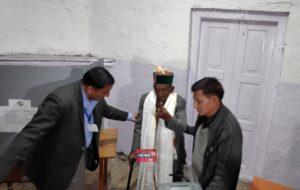 मतदान से पहले श्याम शरण नेगी का चुनाव आयोग ने स्वागत किया. उन्हें पारंपरिक हिमाचली टोपी और शॉल पहनाई गई.