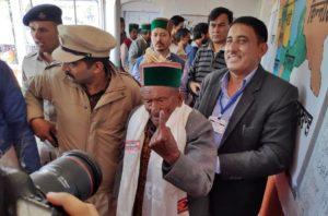 श्याम शरण नेगी ने हिमाचल प्रदेश के किन्नौर जिले के कल्पा में मतदान किया.