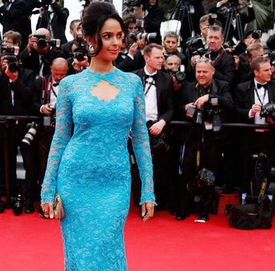 ऐसे में अगर मल्लिका के 2014 कांस लुक की बात करें तो उन्होंने उस वक्त भी साल 2019 के जैसा दिखने वाला गाउन पहना था जिसमें सामने की तरफ कीहोल नेकलाइन थी.