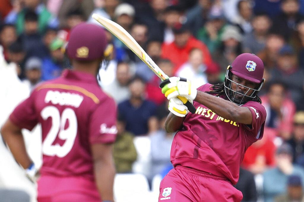 - क्रिस गेल ICC वर्ल्ड कप में सबसे ज्यादा छक्के मारने वाले खिलाड़ी बन गए हैं. उन्होंने इस मैच में तीसरा छक्का लगाते ही एबी डिविलियर्स का 37 छक्कों का रिकॉर्ड तोड़ दिया. (PC - AP)