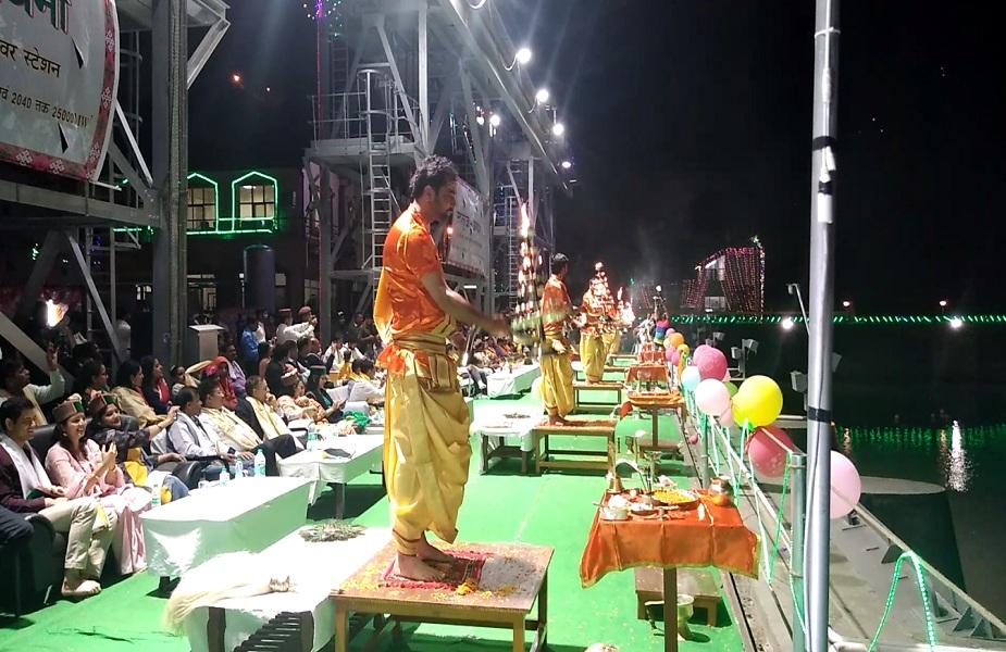 इस भव्य आरती के मौके पर स्थानीय लोगों ने खूब गाजे बाजे के साथ आरती में भाग लिया. नाटी डाली.