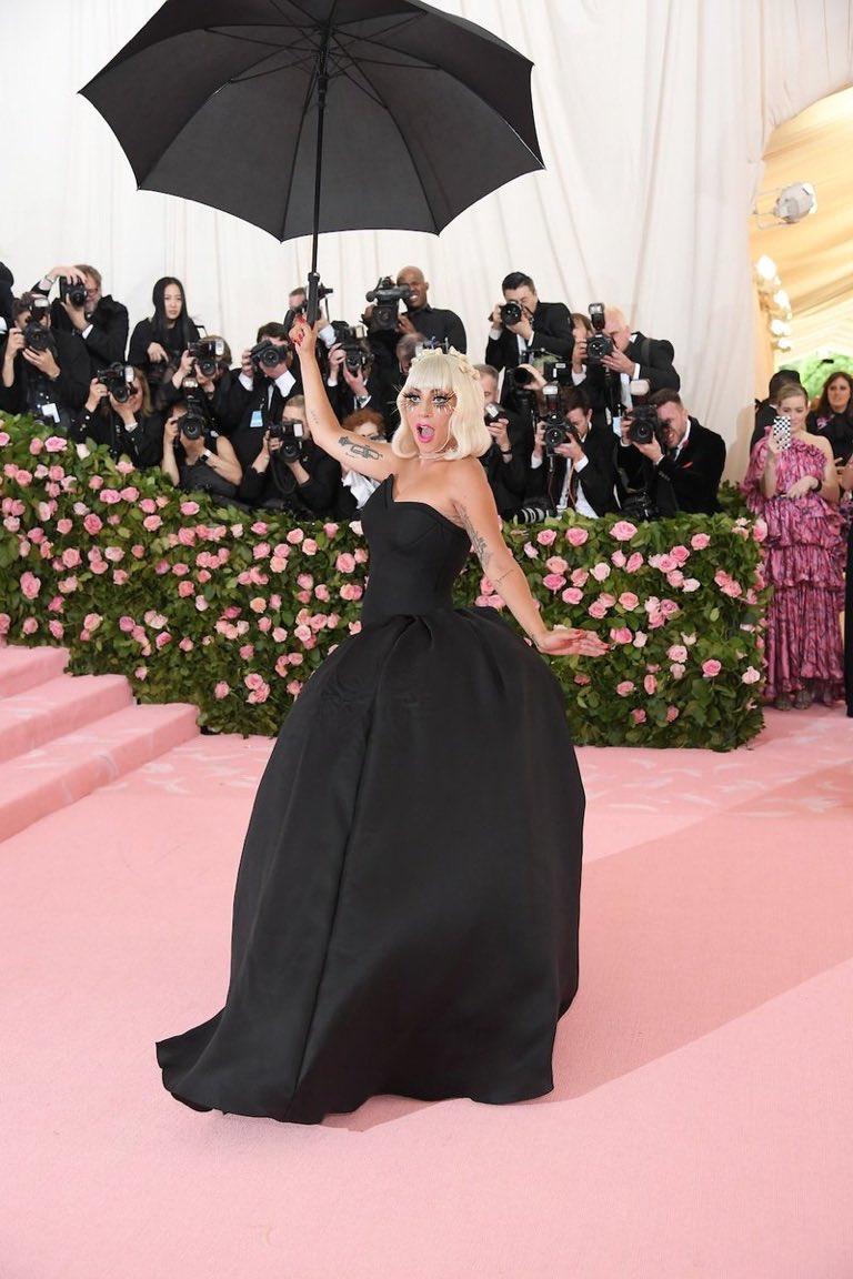 लेडी गागा ने कैमरे के सामने जैसे ही कपड़े बदलना शुरू किए, वहां मौजूद सभी लोग हैरान रह गए कि लेडी गागा आखिर करने क्या वाली हैं. गुलाबी रंग की ड्रेस बदलने के बाद गागा इस ब्लैक ऑउटफिट में दिखीं.