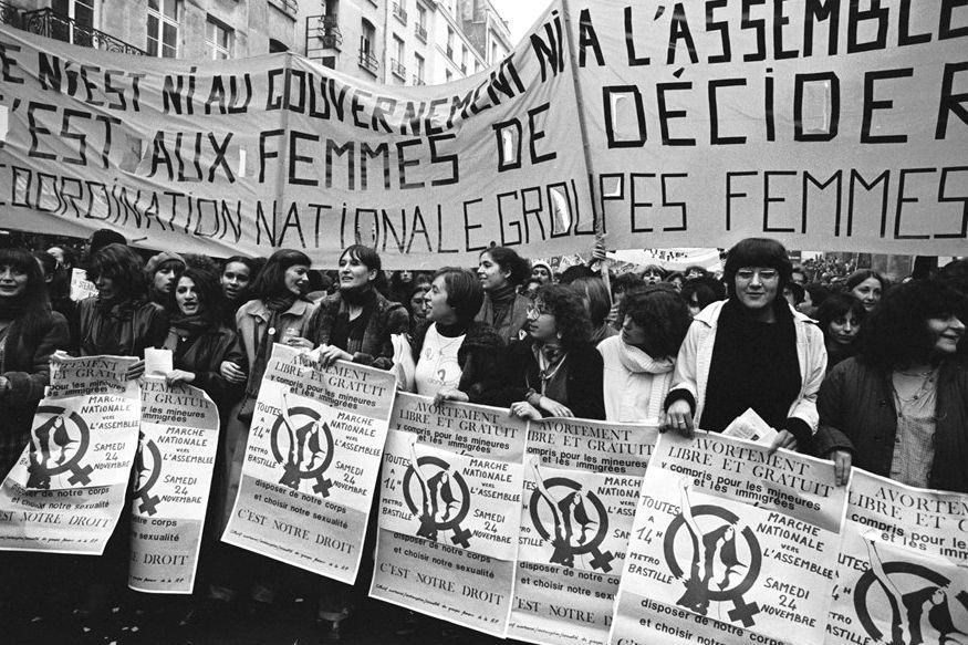 गर्भपात के अधिकार के लिए सड़क पर प्रदर्शन करती महिलाएं, पेरिस, 1970