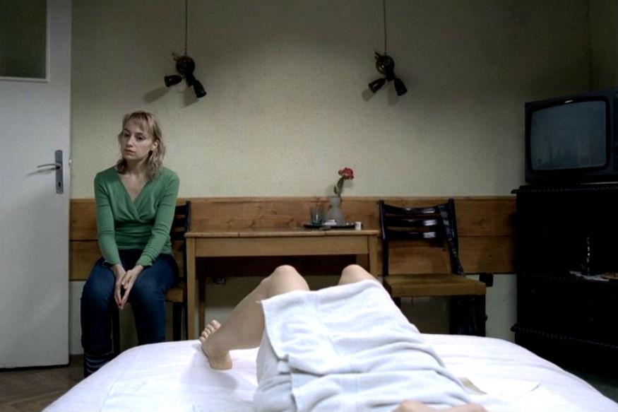 रोमानियन फिल्म, 'फोर मंथ्स, थ्री वीक्स एंड टू डेज' का एक दृश्य