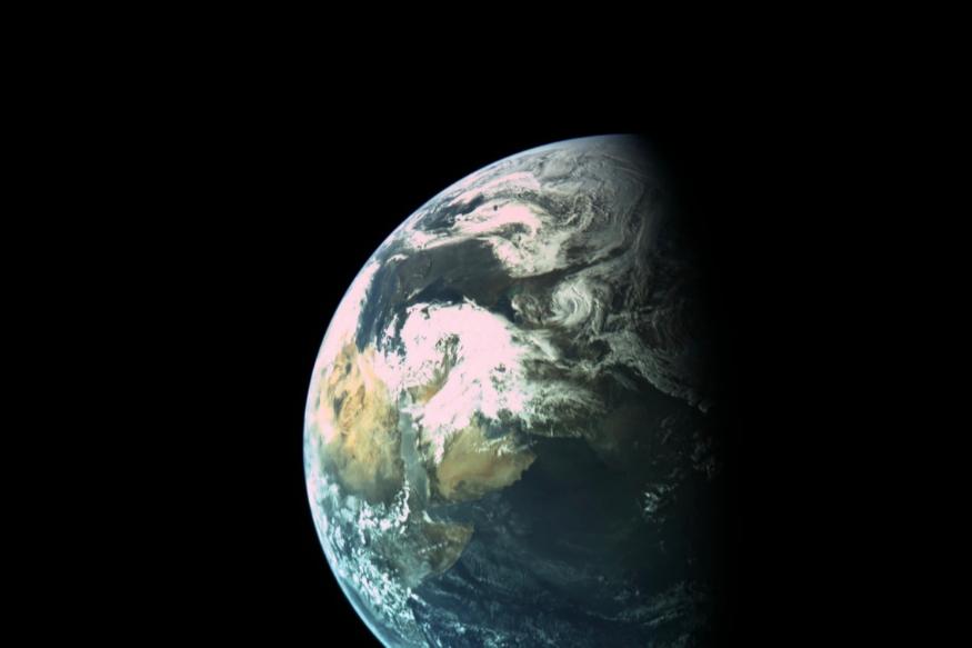 चंद्रयान-2, ISRO के चांद पर भेजे गए पहले मिशन के 10 सालों बाद चांद पर जा रहा है. इसरो ने अपने चंद्रयान-1 मिशन, वर्ष 2009 में भेजा था. इस मिशन में भी एक चंद्रमा का चक्कर लगाने वाला ऑर्बिटर और एक इम्पैक्टर था. लेकिन इस मिशन में चंद्रयान-2 की तरह का रोवर नहीं था, जो चंद्रमा पर घूम-घूमकर खनिजों के नमूने जुटा सके. (सभी तस्वीरें सांकेतिक)