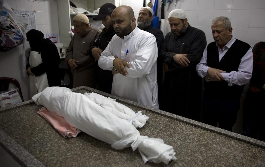 वहीं इजराइल ने गज़ा के स्वास्थ्य मंत्रालय के उस दावे को सिरे से खारिज़ कर दिया है, जिसमें कहा गया है कि इजराइली हमलों में मरने वालों में एक बच्चा और उसकी गर्भवती मां शामिल हैं. (image credit: AP)