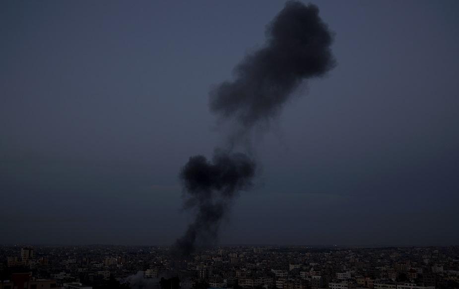 मिस्र और संयुक्त राष्ट्र के अधिकारी स्थिति को शांत करने को लेकर चर्चा कर रहे हैं, जबकि यूरोपीय संघ ने गज़ा पट्टी से फौरन रॉकेट दागना बंद करने को कहा है. अमेरिका ने इजराइल पर गज़ा पट्टी चरमपंथियों के रॉकेट हमलों की निंदा करते हुए इजराइल को अपना पूर्ण समर्थन दिया है. (image credit: AP)