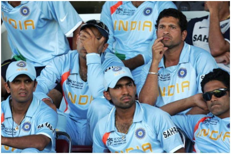 2007 में पहनी थी ये जर्सी: भारतीय टीम के लिए 2007 वर्ल्ड कप एक बुरे सपने की तरह साबित हुआ था. उस वक्त भारत ने हल्के नीले रंग की जर्सी पहनी थी. एक बाजू पर काले रंग में प्रायोजक का नाम था. वहीं, दायीं तरफ नारंगी रंग की पट्टी थी और देश का नाम एक नये फॉन्ट में लिखा हुआ था.