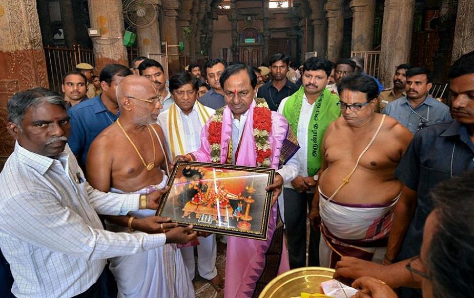 तेलंगाना के मुख्यमंत्री के चंद्रशेखर राव ने तमिल नाडु के तिरुचिरापल्ली शहर स्थित रंगनाथस्वामी मंदिर में जाकर पूजा-अर्चना की.(image credit: PTI)