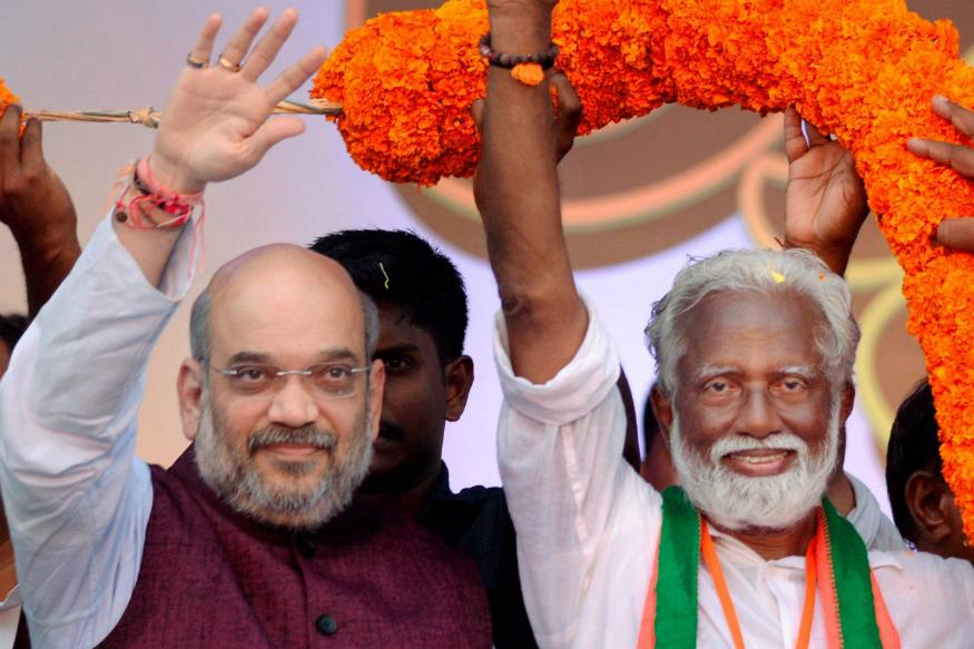 केरल के तिरुवनंतपुरम से बीजेपी प्रत्याशी के. राजशेखरन ने अय्यागुरू आश्रम में जाकर भगवान का आशीर्वाद लिया. राजशेखरन यहां से कांग्रेस के शशि थरूर और लेफ्ट डेमोक्रेटिक फ्रंट के सी. दिवाकरन के खिलाफ चुनाव मैदान में हैं. (फाइल फोटो)