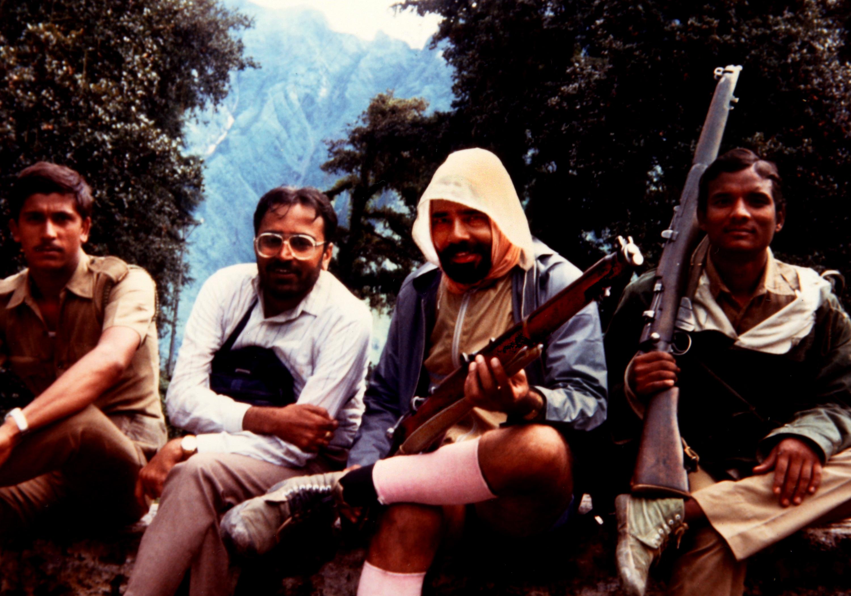 कैलाश-मानसरोवर यात्रा (1988) के दौरान हाथ में राइफल थामे मोदी, साथ में हैं साथी और पुलिसकर्मी
