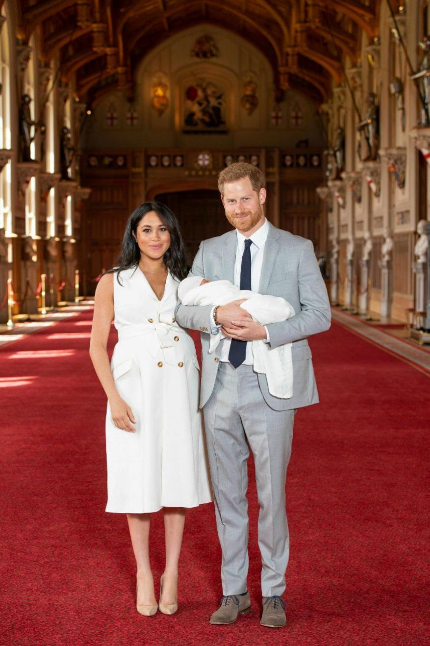 ब्रिटेन के शाही परिवार में जन्मे रॉयल बेबी की पहली तस्वीरें सामने आ गई हैं. 6 मई को मेगन मार्केल ने बेटे को जन्म दिया था. इसके ठीक दो दिनों बाद प्रिंस हैरी और उनकी पत्नी मेगन मर्केल ने अपने नवजात बेटे के साथ आधिकारिक फोटो जारी कर दी. रॉयल बेबी की ये तस्वीरें और वीडियो सोशल मीडिया पर तेज़ी से वायरल हो रही हैं.(image credit: AP)