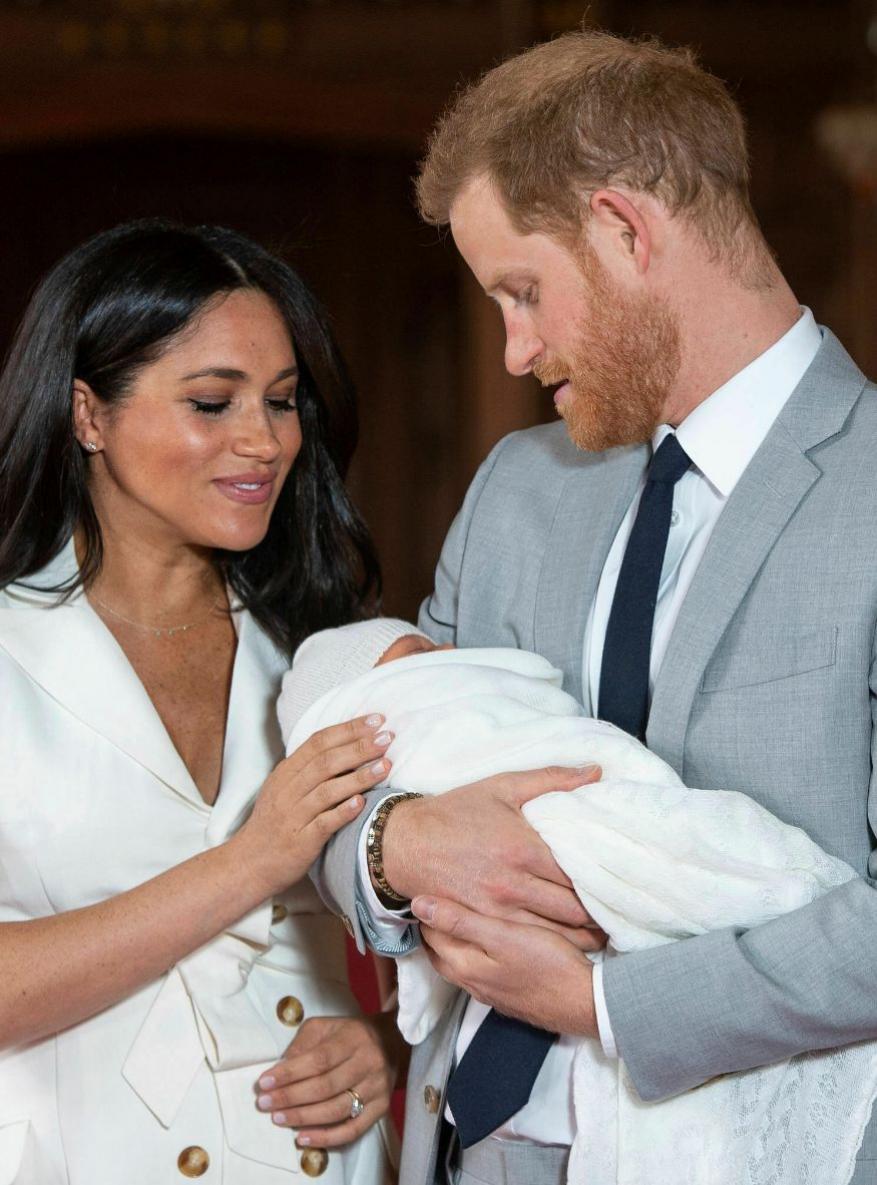 बच्चे के जन्म के दो दिन बाद शाही जोड़े ने सिलेक्टेड मीडिया के बीच फोटोशूट करवाया. तस्वीर में मेगन और प्रिंस हैरी बच्चे को हाथ में पकड़े नज़र आ रहे हैं. (image credit: AP)
