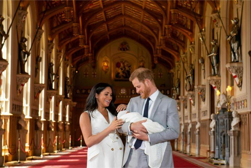 डचेस ऑफ ससेक्स मेगन मर्केल और ड्यूक ऑफ ससेक्स हैरी ने रॉयल बेबी की पहली तस्वीर खुद रिलीज कीं.(image credit: AP)