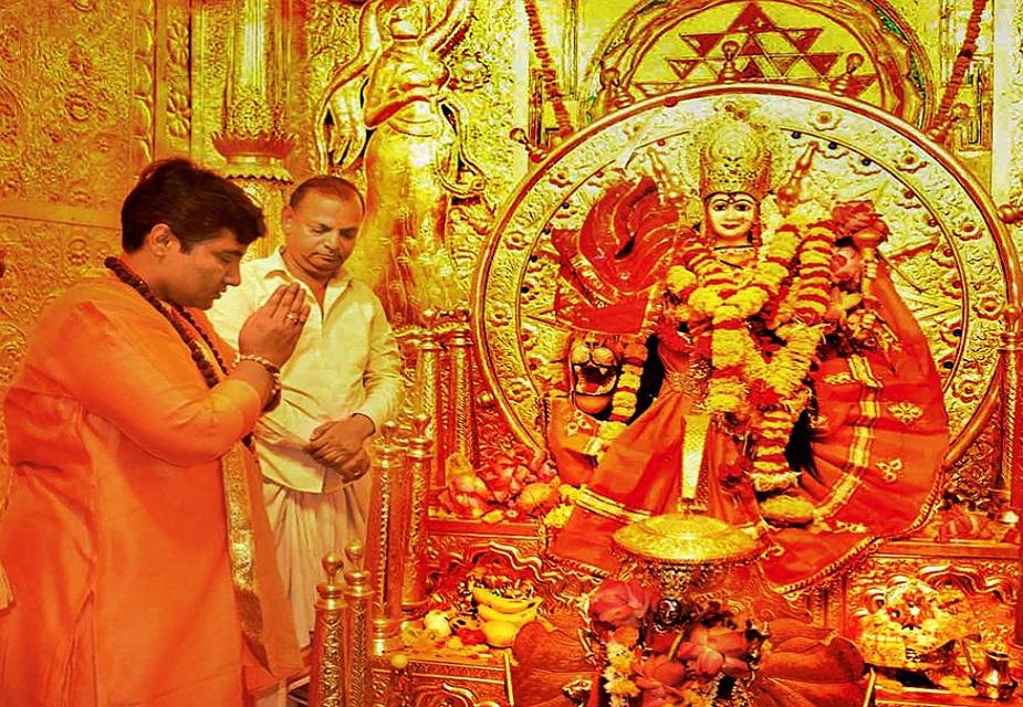 भोपाल के दुर्गा मंदिर में पूजा-अर्चना करतीं बीजेपी की प्रत्याशी साधवी प्रज्ञा सिंह ठाकुर की ये तस्वीर है.(image credit: PTI)