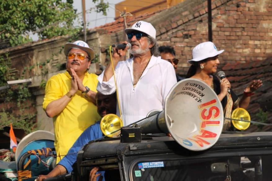 रोड शो के दौरान लोगों का मनोरंजन कराते बॉलीवुड एक्टर शक्ति कपूर. (All images: News18)