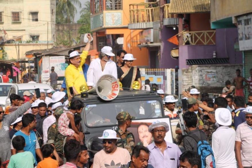 तृणमूल कांग्रेस प्रत्याशी मदन मित्रा के लिए चुनाव प्रचार करते बॉलीवुड के मशहूर विलन शक्ति कपूर.