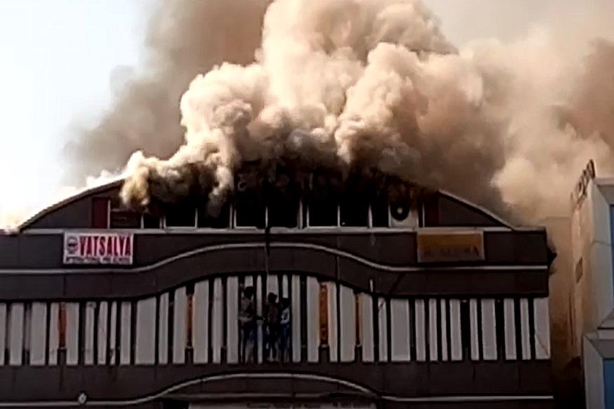 गुजरात के सूरत के सरथना इलाके के एक कोचिंग सेंटर में लगी भीषण आग में 16 लड़कियों सहित 20 छात्रों की मौत हो गई.