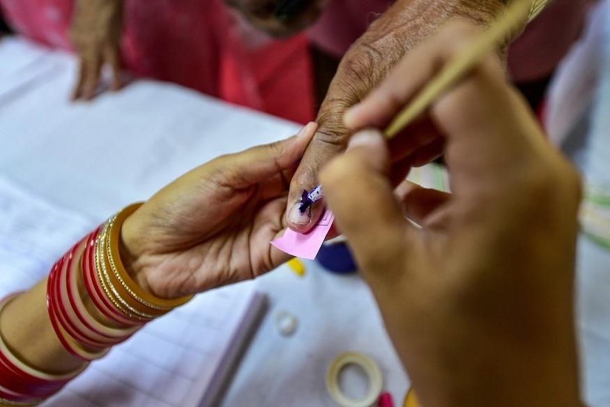 कांग्रेस ने भारत बैसनेट को उतारा है और बीजेपी की ओर से लातेन शेरिंग शेरपा चुनाव लड़ रहे हैं.
