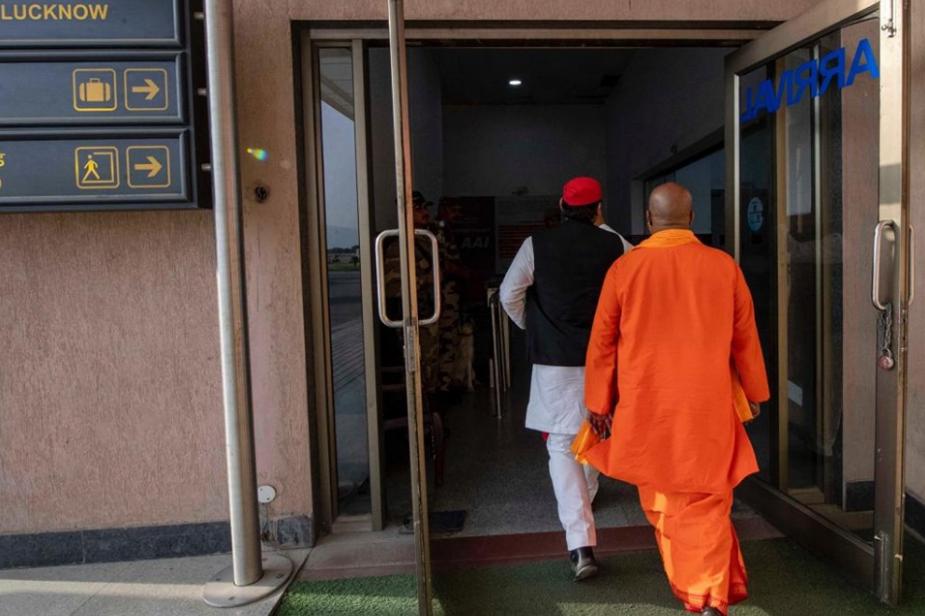 दरअसल अखिलेश यादव चुनाव प्रचार में योगी के हमशक्ल सुरेश ठाकुर को साथ लेकर चुनाव प्रचार कर रहे हैं