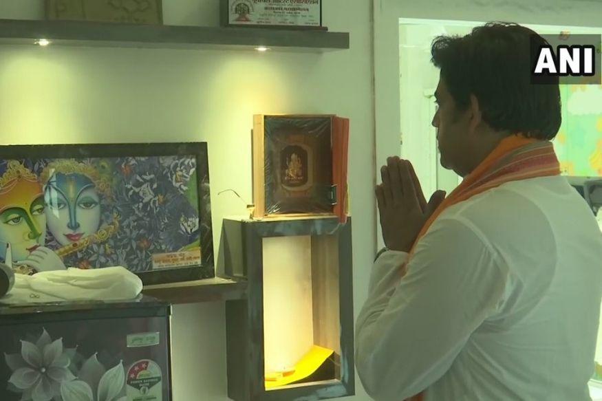 गोरखपुर से बीजेपी के उम्मीदवार रवि किशन ने मतगणना से पहले भगवान का आशीर्वाद लिया. गोरखपुर लोकसभा सीट पर आखिरी चरण में 19 मई को मत डाले गए थे. इसी सीट से वर्तमान में यूपी के मुख्यमंत्री योगी आदित्यनाथ भी कई बार सांसद रह चुके हैं ऐसे में गोरखपुर सीट एक महत्वपूर्ण सीट है.