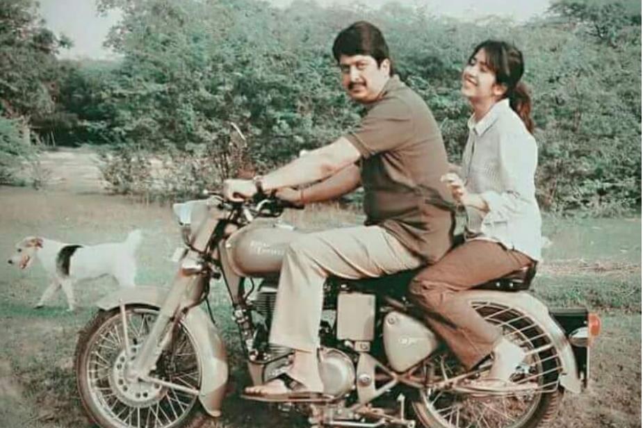अखिलेश सरकार में मंत्री रहे राजा भैया के पिता उदय प्रताप सिंह अपनी कट्टर हिंदू छवि के लिए जाने जाते हैं. राजा भैया के दादा बजरंग बहादुर सिंह हिमाचल प्रदेश के राज्यपाल रहे. वहीं महल परिसर में बुलेट की सवारी करते नजर आ रहे हैं.