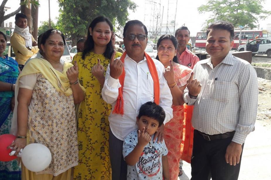 गोरखपुर के दाऊदपुर के जनता भारती विद्यालय में बूथ संख्या -350 में परिवार के साथ नगर विधायक डाक्टर राधा मोहन दास अग्रवाल मतदान किया.