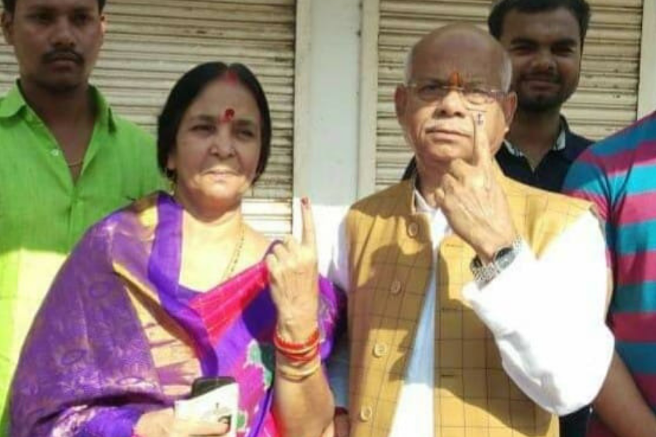 गोरखपुर के सेंट एंड्रयूज इंटर कॉलेज में केंद्रीय वित्त राज्य मंत्री शिवप्रताप शुक्ला ने पत्नी के संग किया वोट.