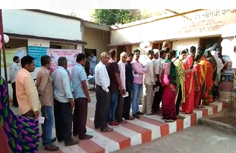 मध्य प्रदेश में लोकसभा की 7 सीटों के लिए सुबह 7 बजे से मतदान शुरू हो गया. सुबह से ही मतदान केंद्रों पर मतदाताओं की लंबी कतार लगना शुरू हो गयी.