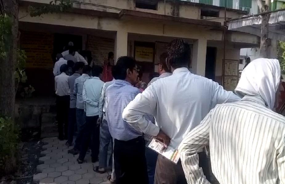 हरदा में मतदाता लंबी लाइन में लगे अपनी बारी आने का इंतज़ार करते देखे गए.