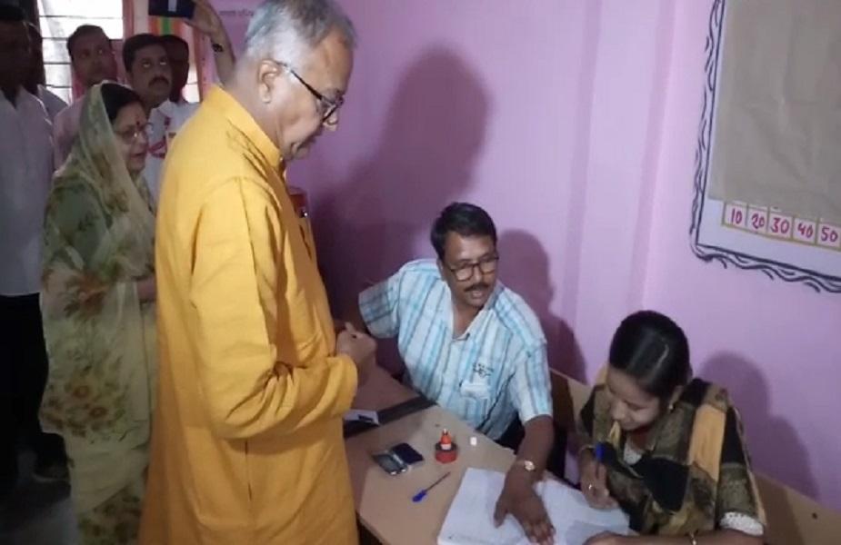 खंडवा सीट से बीजेपी प्रत्याशी नंदकुमार सिंह चौहान ने बुरहानपुर की शाहपुर नगर पंचायत में मतदान किया. उनके साथ उनकी पत्नी भी थीं.