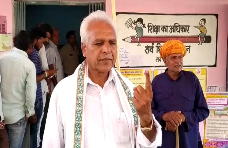देवास में कांग्रेस प्रत्याशी प्रहलाद टिपानिया ने अपने ग्राम लुनिया खेड़ी में मतदान किया.देवास शाजापुर लोकसभा क्षेत्र से कांग्रेस प्रत्याशी है प्रहलाद टिपानिया