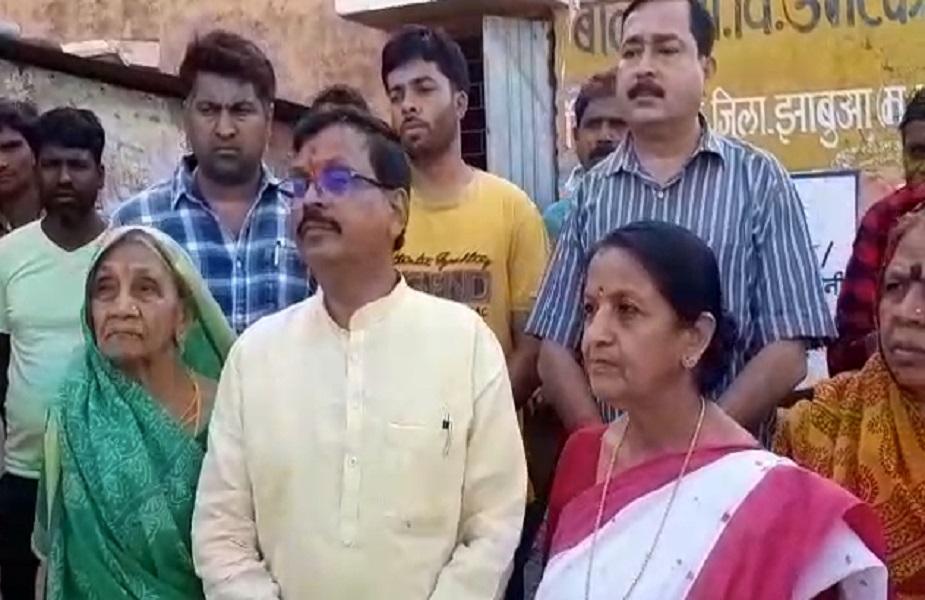 झाबुआ में बीजेपी प्रत्यशी गुमान सिंह डोमर भी अपनी पत्नी और मां के साथ मतदान केंद्र पहुंचे.