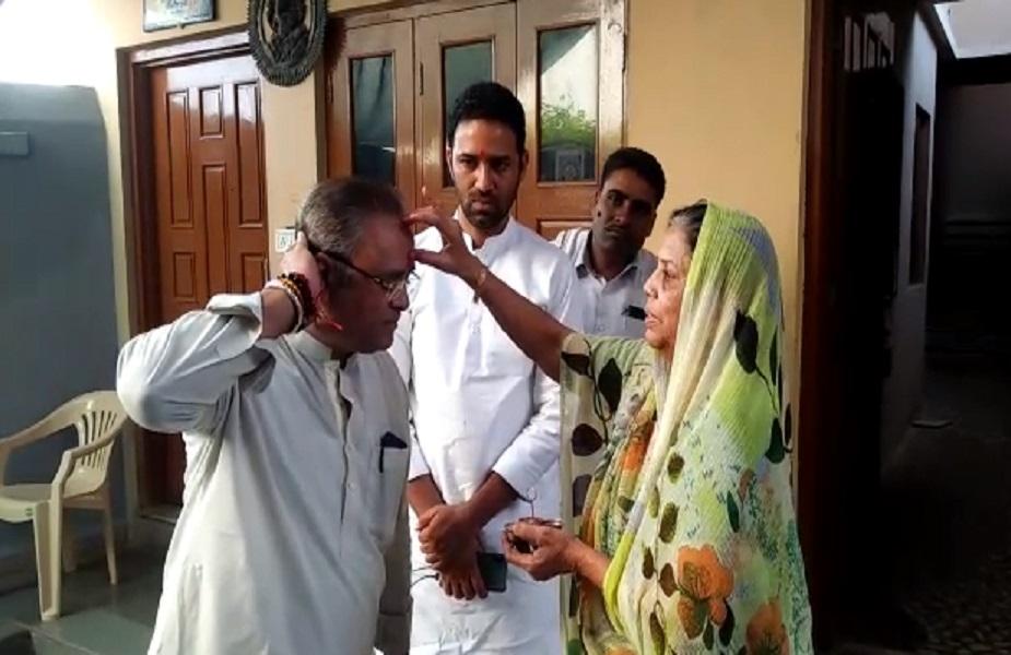खंडवा लोकसभा क्षेत्र के प्रत्याशी पूर्व केन्द्रीय मंत्री और कांग्रेस नेता अरुण यादव ने कसरावद के बोरावां में वोट डाला. उनके साथ उनके भाई कमलनाथ सरकार में कृषि मंत्री सचिन यादव भी थे. मतदान के लिए रवाना होने से पहले मां ने उन्हें तिलक लगाया.