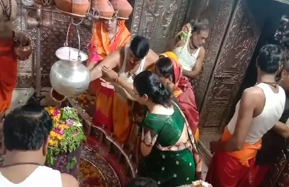 उज्जैन से बीजेपी प्रत्याशी अनिल फिरोजिया ने महाकाल मंदिर में पूजा की.