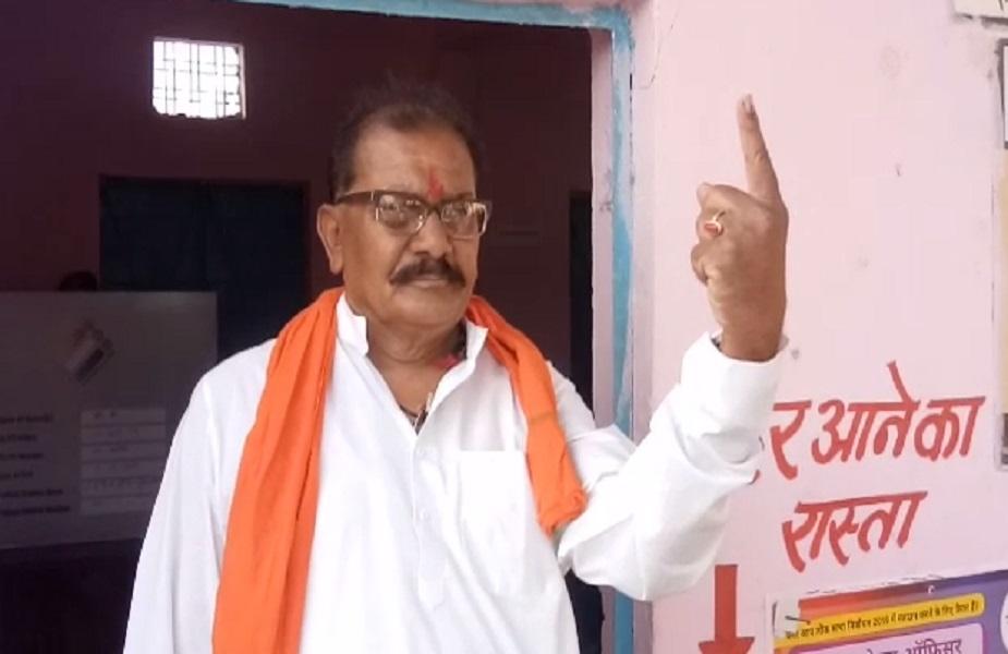 धार में बीजेपी प्रत्याशी छतर सिंह ने वोट डाला