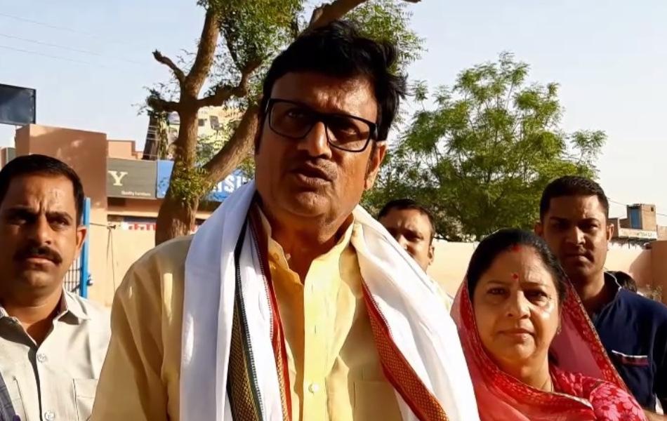 चूरू में नेता प्रतिपक्ष राजेन्द्र राठौड़ पत्नी चांद कंवर और पुत्र पराक्रम के साथ मतदान करने पहुंचे. उनके साथ कई समर्थक थे.